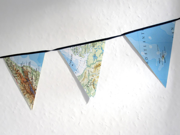 Atlas Wimpelkette aus Weltkarten von renna deluxe