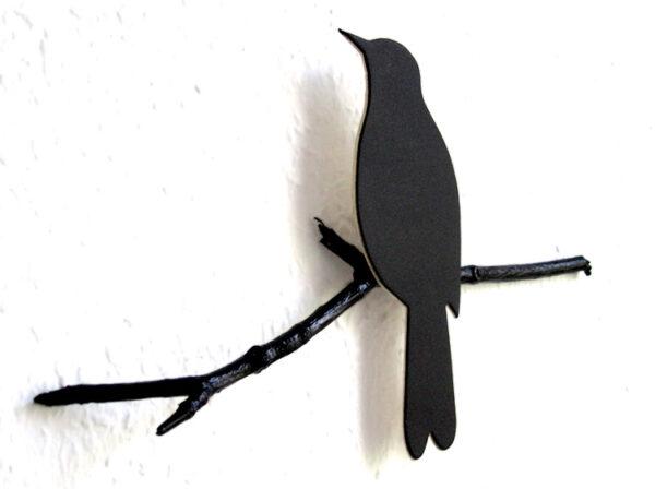 schwarzer Vogel drossel amsel auf dem Ast von renna deluxe
