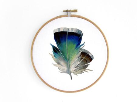feder-feather-blau-blue-im-stickrahmen-embroidery-hoop-bild-renna-deluxe