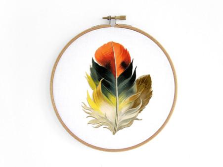 feder-orange-feather-im-stickrahmen-embroidery-hoop-bild-renna-deluxe