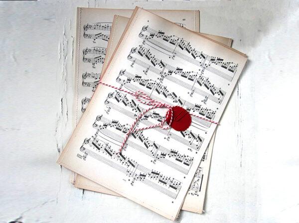 Geschenktüten aus vintage Papier mit Noten, Musik, Notenblätter, Buchstaben, Lettern, Typo von renna deluxe