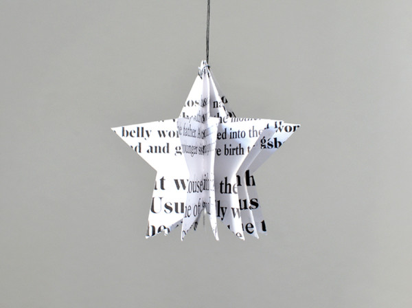 Stern weihnachtsschmuck aus papier in schwarz weiss