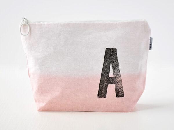 kulturbeutel dip dye ombre rosa mit buchstabe stempel renna deluxe individuell personalisiert